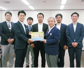 市役所を訪れ、本村市長(前列右)へ絵本を寄贈する染谷会長と相模原YEGメンバー
