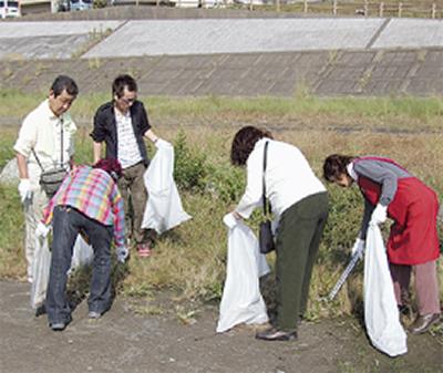 河川敷でゴミ拾い