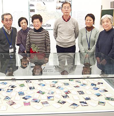 完成したカルタと作成に携わった市民学芸員のメンバー。左から3人目が発起人の横須賀さん