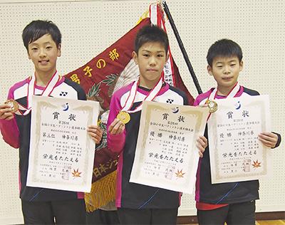 賞状とメダルを手にする若草ジュニアの(右から)井上大馳君、田中一基君、岸田南乃芭さん