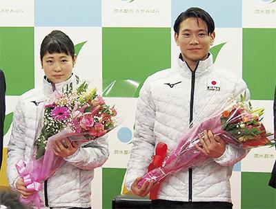花束を手に笑顔を見せる仁美さん(左)と慧さん