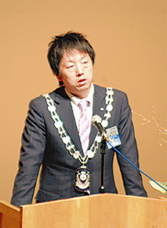 挨拶する杉崎理事長