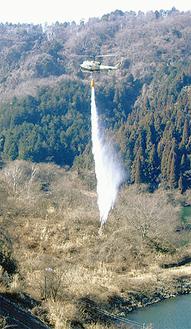 自衛隊のヘリから湖の水を散水