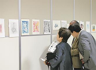 多数の来場者で賑わっている作品展