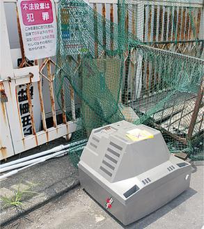 市役所そばのゴミ捨て場にも不法投棄が(6日撮影)