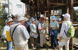 吉田橋で説明を受ける参加者