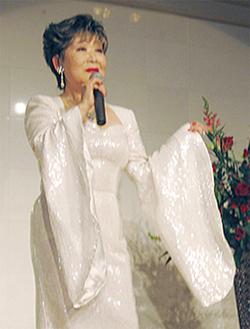 当日はシャンソン歌手・仲マサコさんが華麗なステージを披露。250名の来場者を魅了した