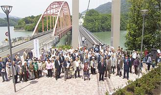 念願の歩道橋の完成を喜ぶ120人の地元住民