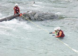 中洲と岸にロープを展長しての救出訓練
