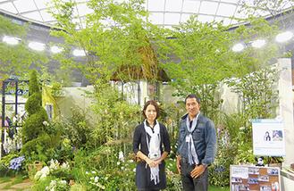 「国バラ」で奨励賞を受賞した田畑夫妻
