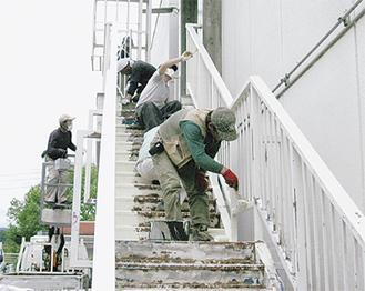 避難階段をきれいに塗装した(藤野南小)