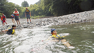 川の怖さを実演して指導した