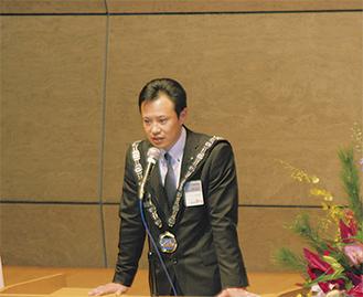 新年度の決意を述べる佐々木理事長