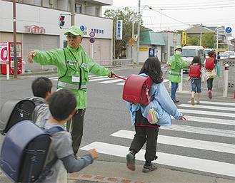 二本松で旗振り活動を行う遠藤さん夫妻