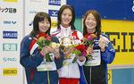 50m背泳ぎで優勝し、笑顔の寺川選手(中央)