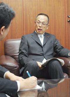 対談する加山俊夫市長(右)と本紙木村