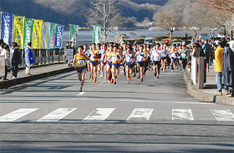 相模湖公園入口を快調に走る選手たち