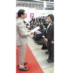 黒岩祐治県知事から表彰される女性会・猪熊会長