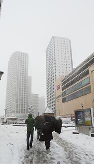 雪が積もり始め歩く人もまばらな橋本駅前(14日午前11時撮影)