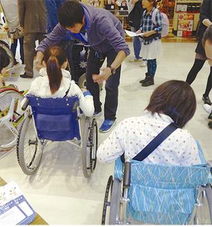 車椅子体験をする子どもたち