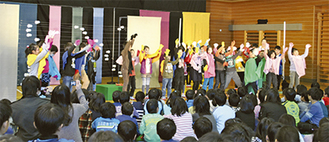 自らがイメージした「野原」を演じる3年1組の児童たち
