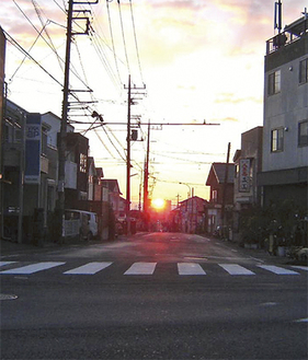 川尻八幡宮の参道から見た19日朝の日の出(保坂健次さん撮影)