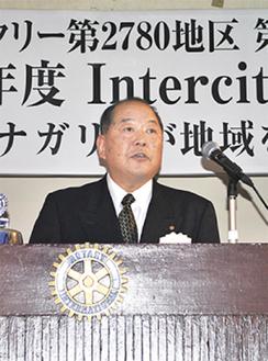 挨拶する山崎会長