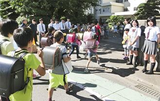 校門前でのあいさつ運動