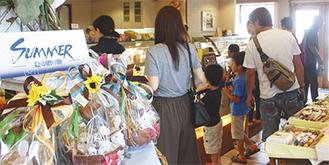 フェアのほか、夏の装いを見せる店内=25日、らふらんす横山台店(中央区)