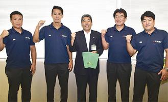 市役所を訪れた佐藤監督(左から2番目)ら