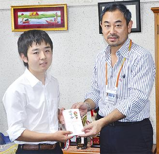 齋藤さん(左)に目録を手渡す赤間理事長
