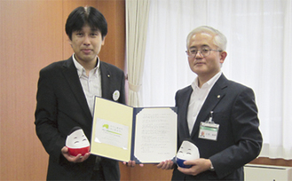 来庁した福島県職員から親書を受け取る小池副市長(右)