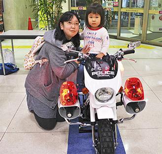ミニバイクに乗る親子