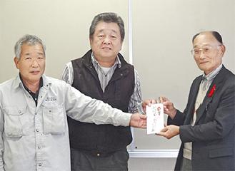 森居会長、市川幸男副会長から寄付金を受け取る熊谷会長(右)