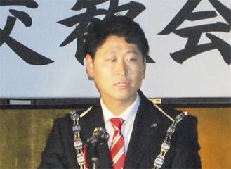 まちづくりへの意気込みを話す飯田理事長