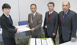 署名を提出した(右から)茅会長、植田理事長、河本会長。左端が佐村総括官補=5日、まち・ひと・しごと創生本部