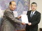 要望活動を行う成川会長(左)ら住民団体
