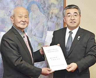要望書を手渡す久保田会長(左)