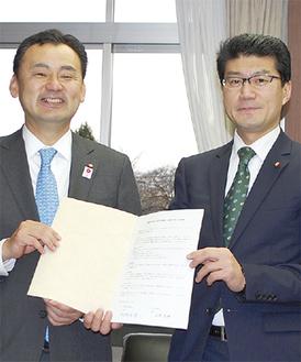 協定書に署名した阿部議長(右)と上田議長=15日、相模原市役所