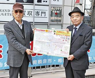 作成したマップを持つ草野代表(左)と大内部会長