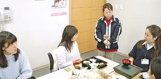 施設職員らと食事を楽しむ参加学生