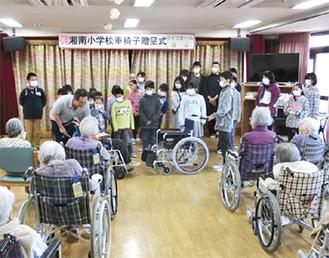 車椅子を贈呈する児童たち