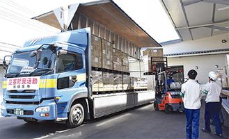 市救援物資集積・配送センターから物資が運び出される様子