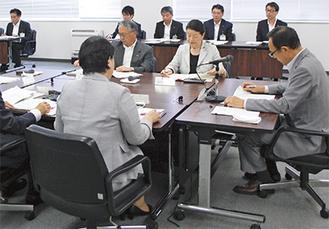 会議に出席した加山市長(右)ら
