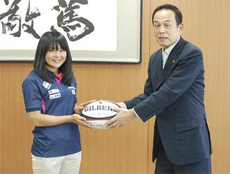 ラグビーボールを手に、笑顔の加藤選手(左)。「本番では必ずメダルを取りたい」と力強く話す姿も印象的だ