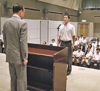 登壇した中條くん(左・光明相模原高校)と加山市長
