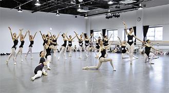 市内バレエスタジオ所属の子どもが多数参加する