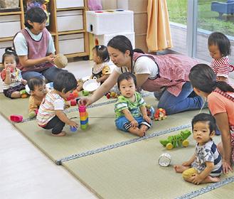 畳の上で遊ぶ園児