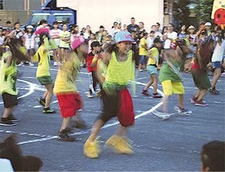 注目は子どもたちの元気なダンス(写真は過去の様子)