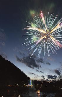 津久井湖を照らす花火